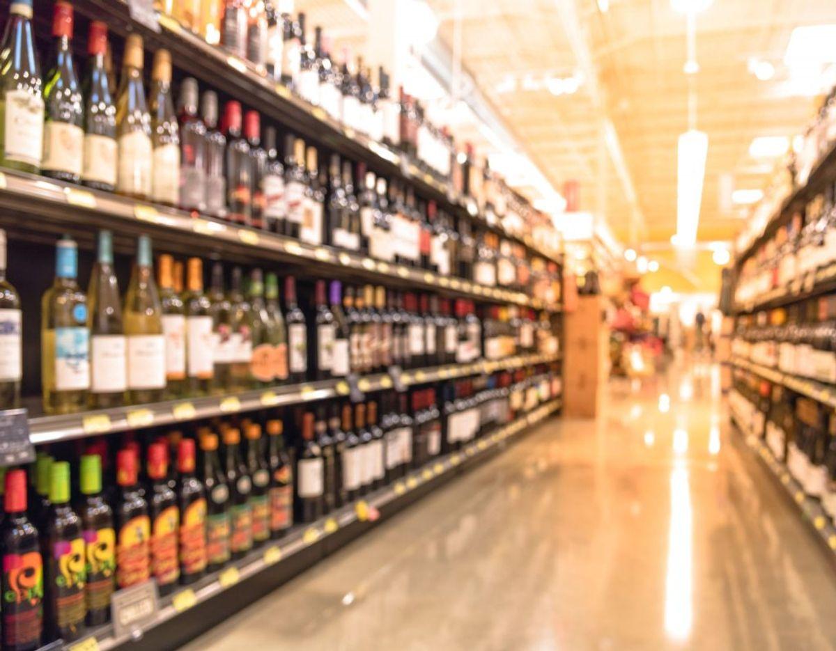 Reglerne for at medbringe spiritus til Danmark fra et andet EU-land er ligesom reglerne for tobak. Du må medbringe en af følgende: 1 liter Spiritus (over 22 pct. alkohol samt drikkevarer tilsat spiritus), eller Hedvin (på eller under 22 pct. alkohol, fx portvin og sherry, samt mousserende vin, som fx champagne) og derudover 4 liter Bordvin (fx rød-, hvid- og rosevin og vinbaseret cider) og16 liter Øl (og ølbaseret cider). Foto: Scanpix.