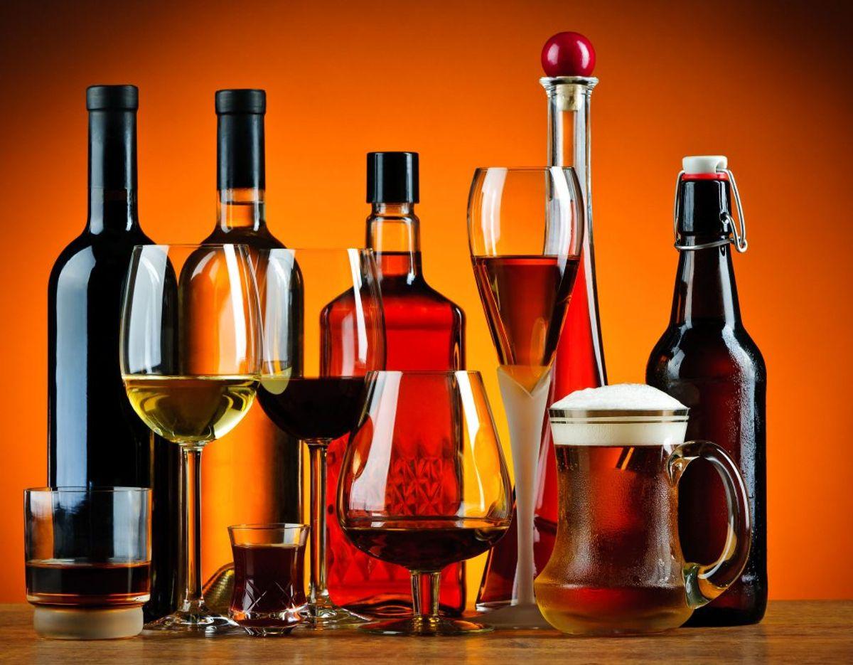 Rejser du til Danmark fra et EU-land, må du toldfrit medbringe følgende mængder alkohol: 10 liter Spiritus (over 22 procent alkohol samt drikkevarer tilsat spiritus), 20 liter Hedvin (på eller under 22 procent alkohol, fx portvin og sherry og madeira), 90 liter Bordvin (fx rød-, hvid- og rosévin og vinbaseret cider – heraf højst 60 liter mousserende vin, som fx champagne) og 110 Øl (og ølbaseret cider). Foto: Scanpix.