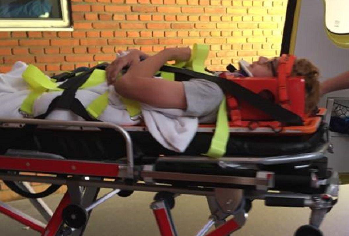 Sådan så 12-årige Philip ud på vej fra ambulancen ind på hospitalet. Foto: Privat.