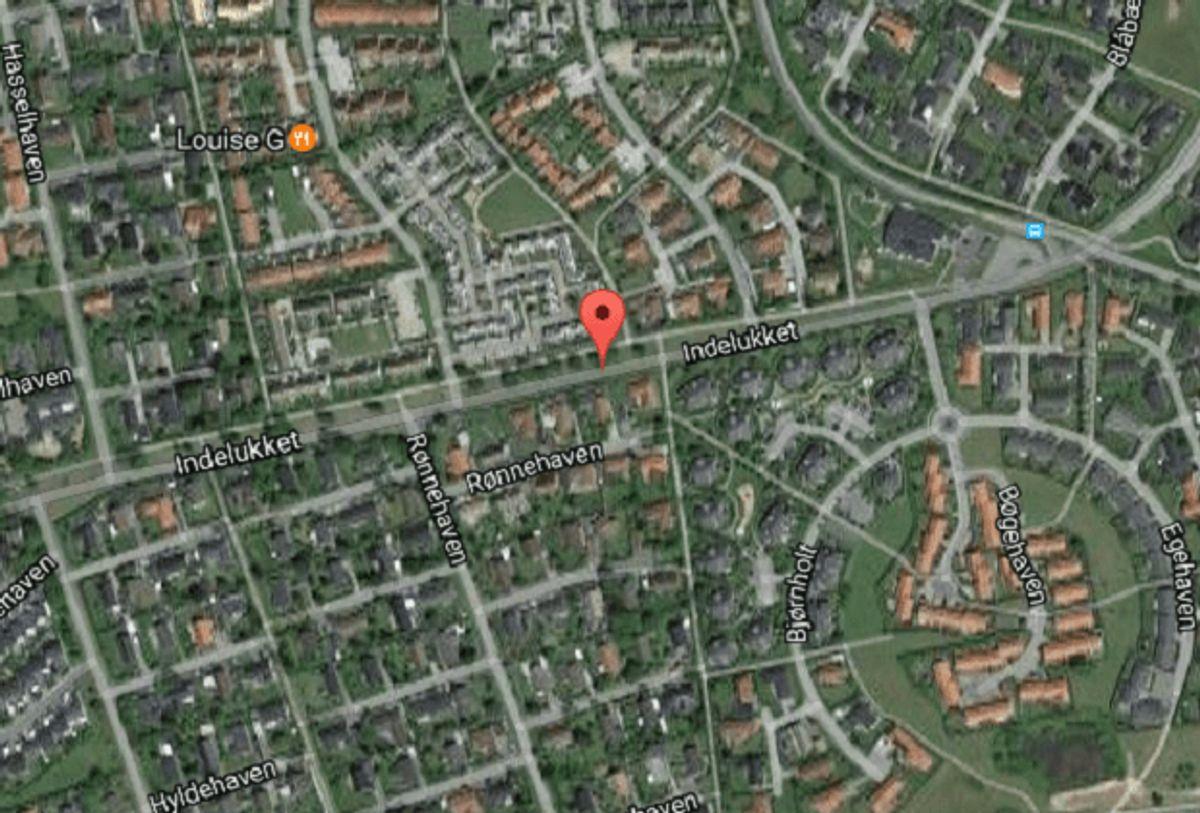Det var her på Indelukket i Lystrup, hvor Philip styrtede. Foto: Google Maps.