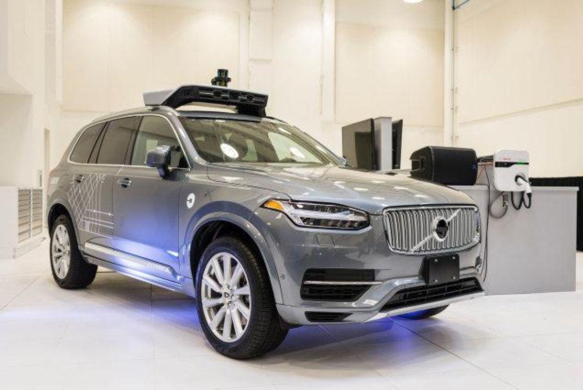 Vejdirektoratet forestiller sig at tilføje en ekstra vognbane på tresporede motorvejsstrækninger, der i myldretiden vil blive forbeholdt de selvkørende biler. Bildelingstjenesten Uber har også forsøgt sig med selvkørende biler i form af denne specialdesignede Volvo (Arkivfoto). Foto: Angelo Merendino/AFP