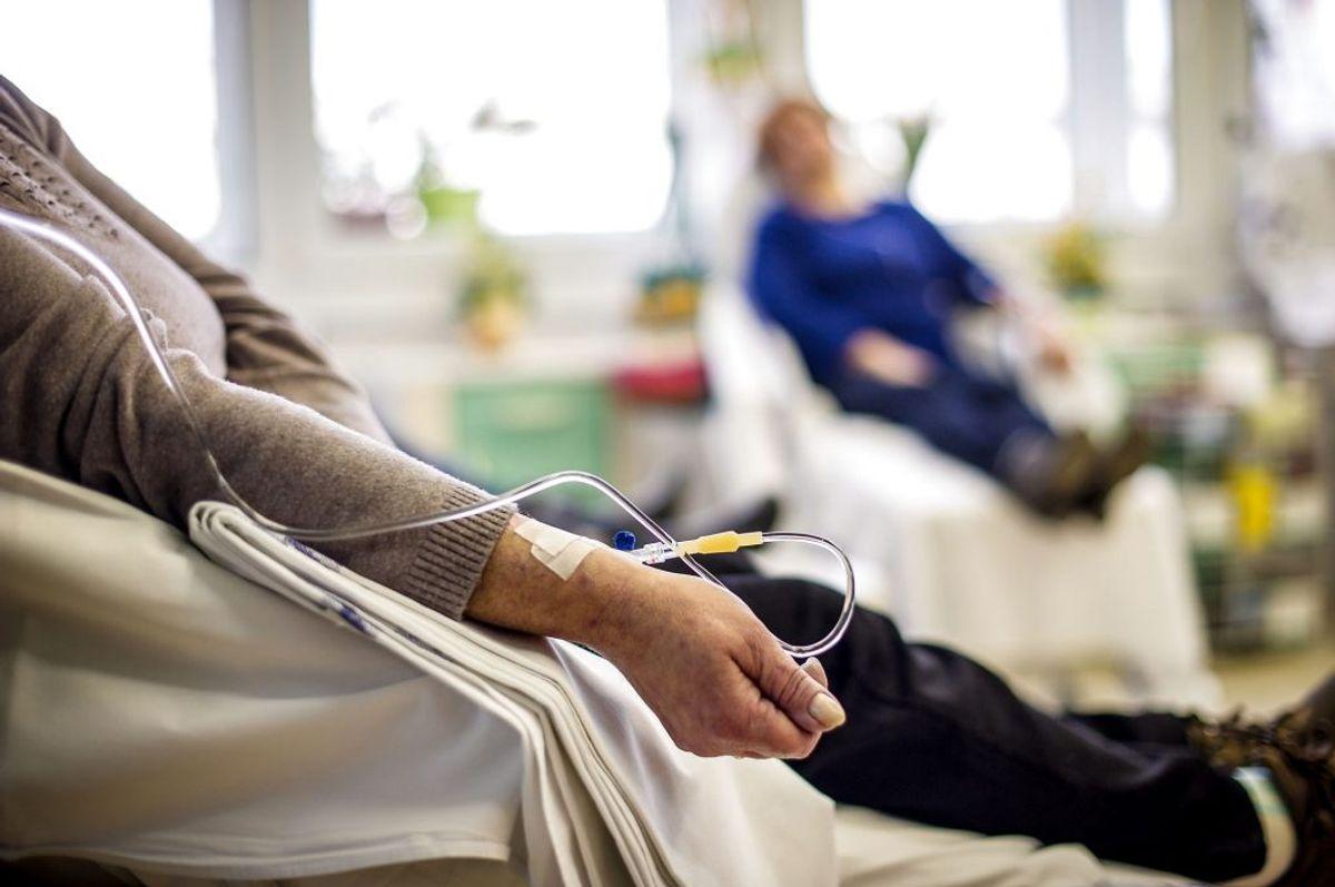 Cancer, også kendt som kræft, består af en række forskellige sygdomme, eksempelvis hudkræft, lungekræft, leukæmi, bryst-kræft, livmoderkræft og kræft i hjernen. I 1999 levede der 203020 personer i Danmark med en kræftdiagnose. Foto: Scanpix.