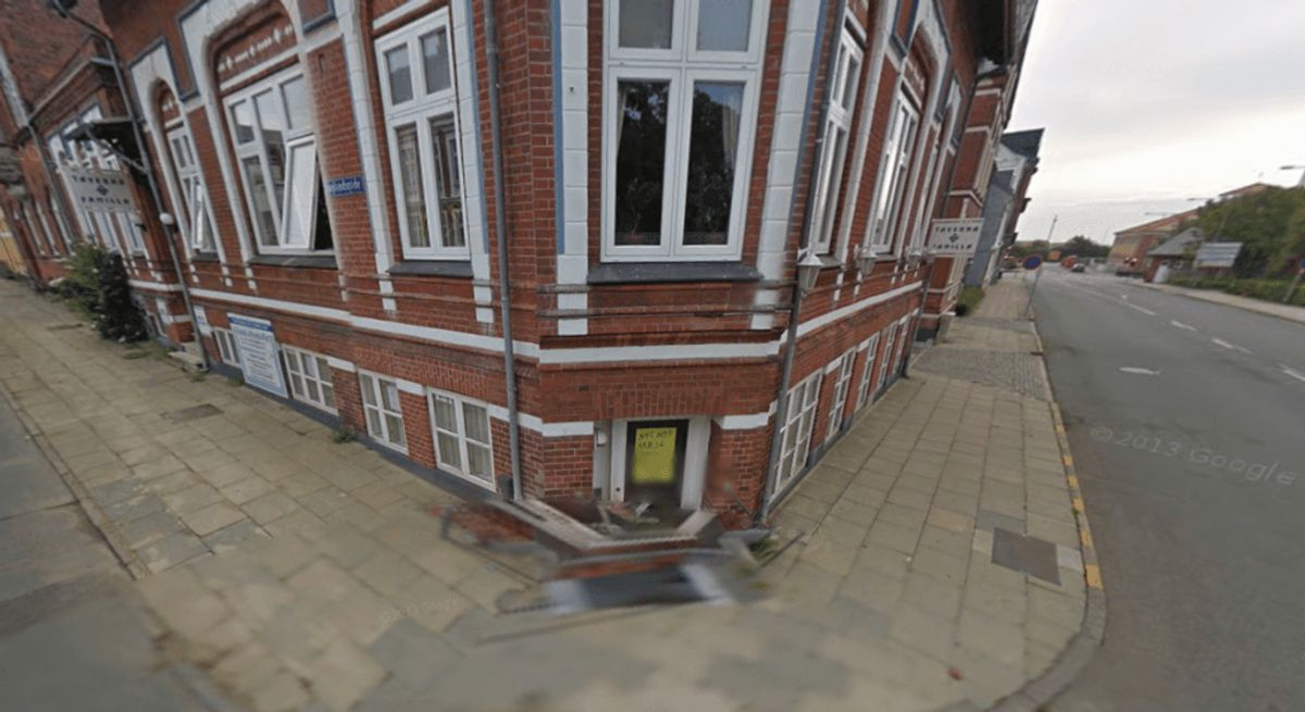 Det er her i kælderen på Englandsgade 9, at Asian Corner i dag ligger. Den er åbnet senere, end Google-bilens seneste besøg. Foto: Google Streetview