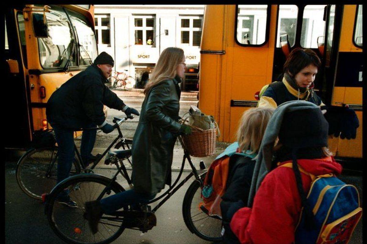 Hvem er det nu lige, der skal holde tilbage for hvem, når buspassagerer skal over en cykelsti, når de står af bussen? Det er der rigtig mange danskere, der ikke ved, og faktisk afhænger svaret af, hvordan de præcise forhold ved busstoppestedet er. Du kan se reglerne ved at klikke videre i galleriet her.