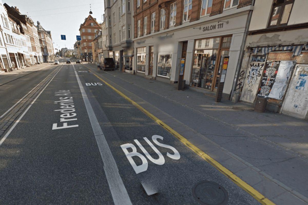 Hvis der er et helleområde, hvor passagerne kan træde ud på, før de krydser cykelstien, så er rollerne byttet, så cyklisterne ikke skal holde tilbage for passagererne. 62 procent af de adspurgte svarede rigtigt på spørgsmålet om, hvem der skal holde tilbage i denne situation. Foto: Google Street View