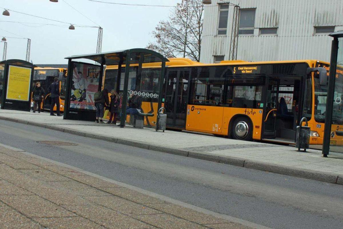 Hvis bussen holder direkte ind til fortovet, så er problemet jo knap så relevant, for så skulle buspassagerer og cyklister meget nødigt komme i karambolage med hinanden. Foto: Elo Christoffersen