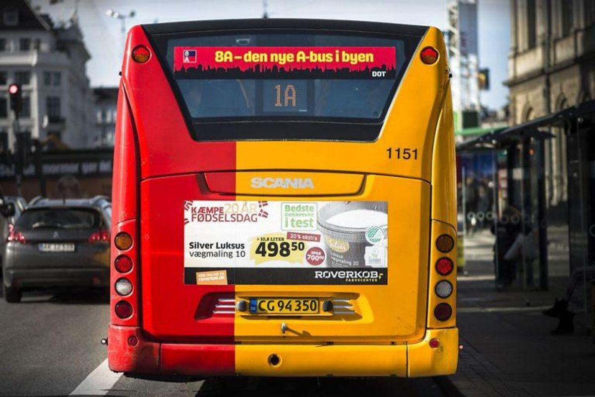 Det kan også næsvnes, at man som trafikant skal holde tilbage for en bus, der blinker ud fra et stoppested. Foto: Scanpix