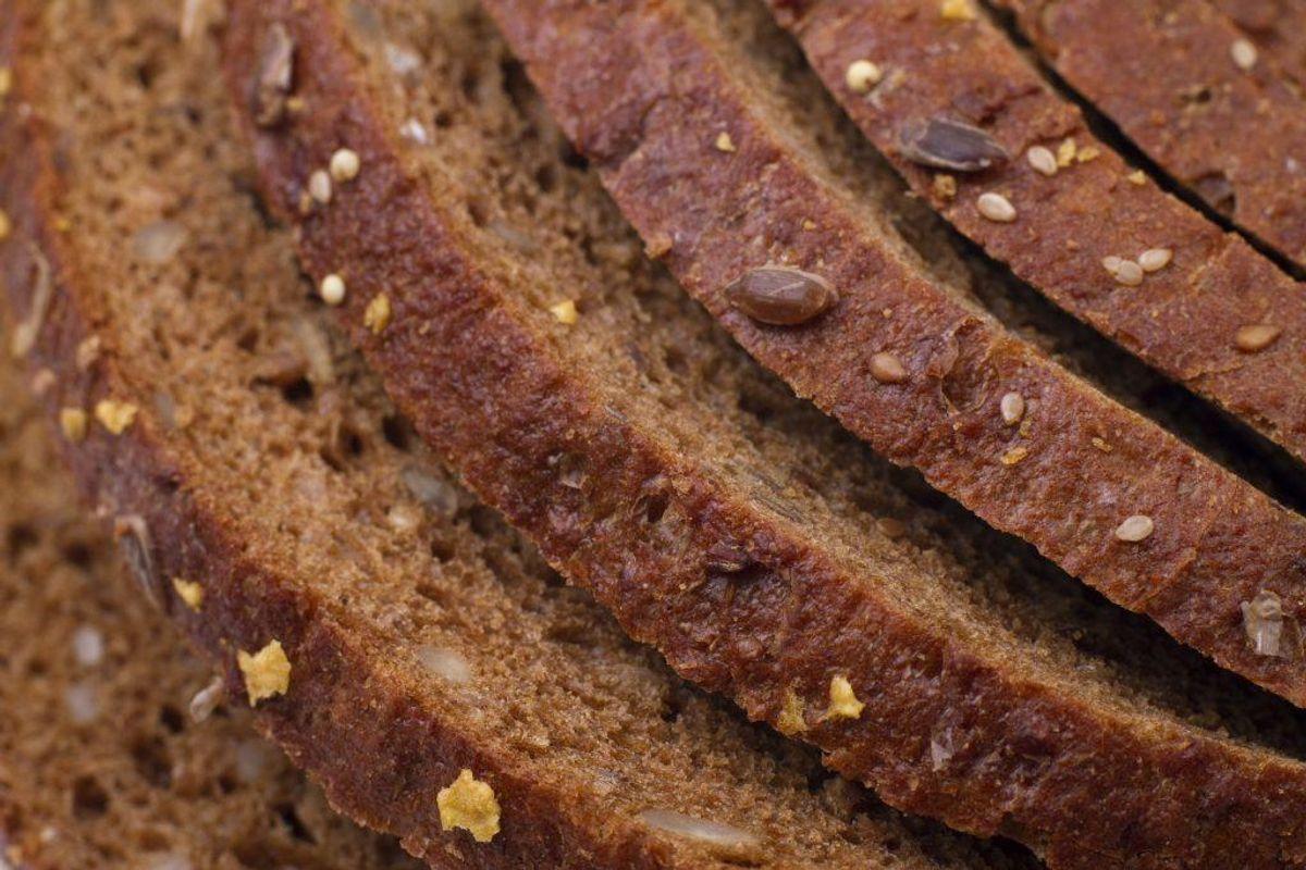 Brød: Rugbrød eller fuldkornsbrød, som er nøglehulsmærket eller har fuldkornslogoet. Hvis du laver salater, så husk at bruge fuldkornspasta eller fuldkornsris. Foto: Colourbox.com (Modelfoto)