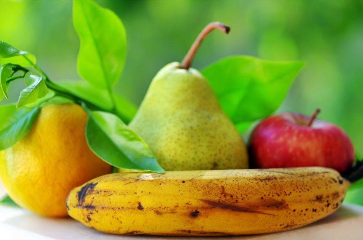 Frugter som æble, pære, banan, blommer, nektariner, klementiner og appelsiner er nemme at tage med i tasken. Man kan også skære ananas, kiwi eller melon ud hjemmefra og tage med. Foto: Colourbox.com (Modelfoto)