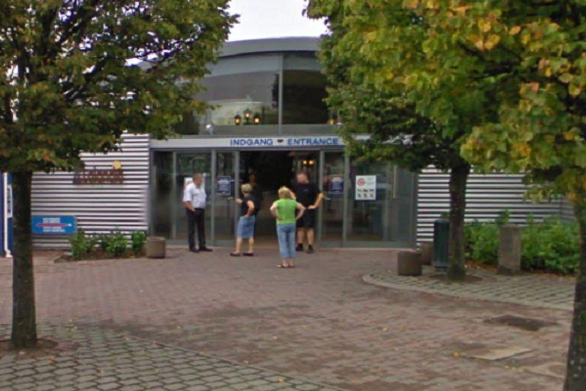 En 44-årig mand er blandt andet anklaget for at have filmet små, nøgne børn på Lalandia i Rødby. Foto: Google Street View.