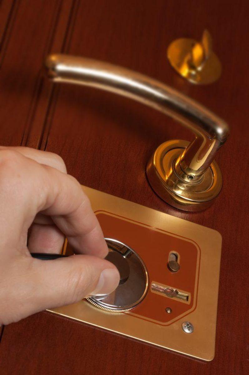 Sørg for at have gode låse – ikke bare i hoveddøren, men i alle døre. Foto: Colourbox.