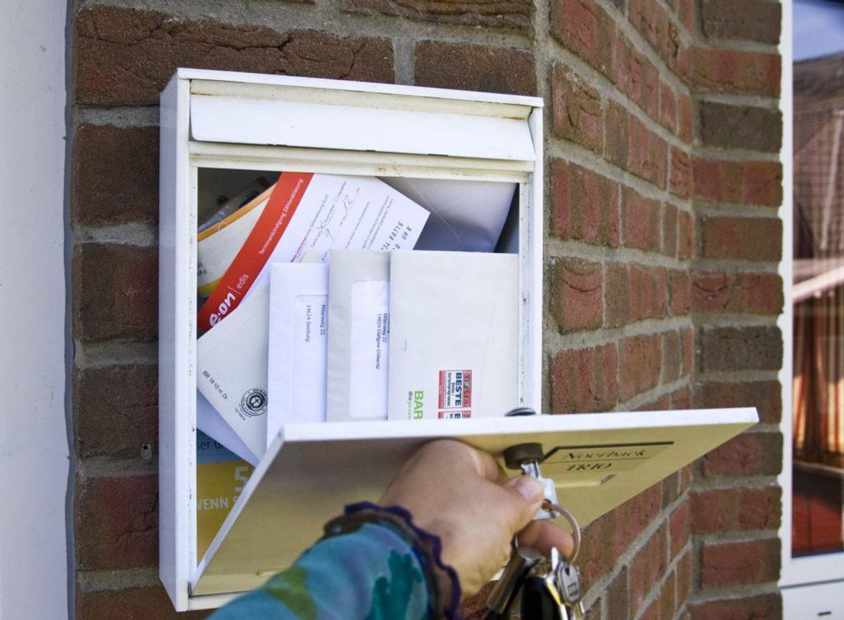 Få naboen  til at hjælpe med at tømme din postkasse og bruge din skraldespand. Foto: Colourbox.