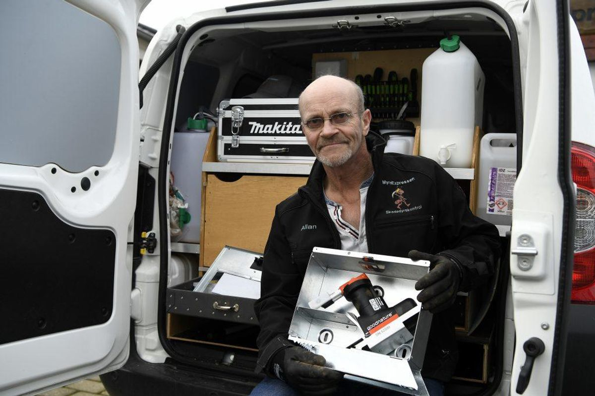 Skadedyrsbekæmper Allan Nielsen fra MyreExpressen har sat 24 mekaniske og effektive rottefælder op ved Slotssøen i Kolding, og fælderne giver allerede resultater. Foto: Lars Møller.