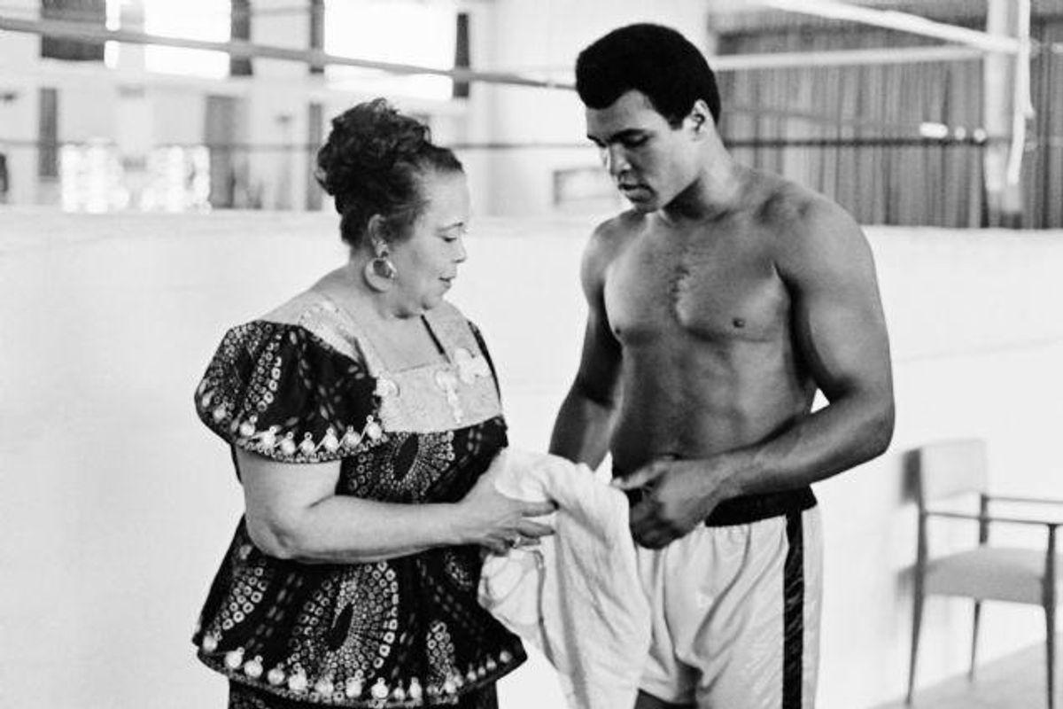 """Muhammad Ali med sin mor få dage før en af de største boksekampe nogensinde, """"The Rumble in the Jungle"""". Foto: -/AFP"""
