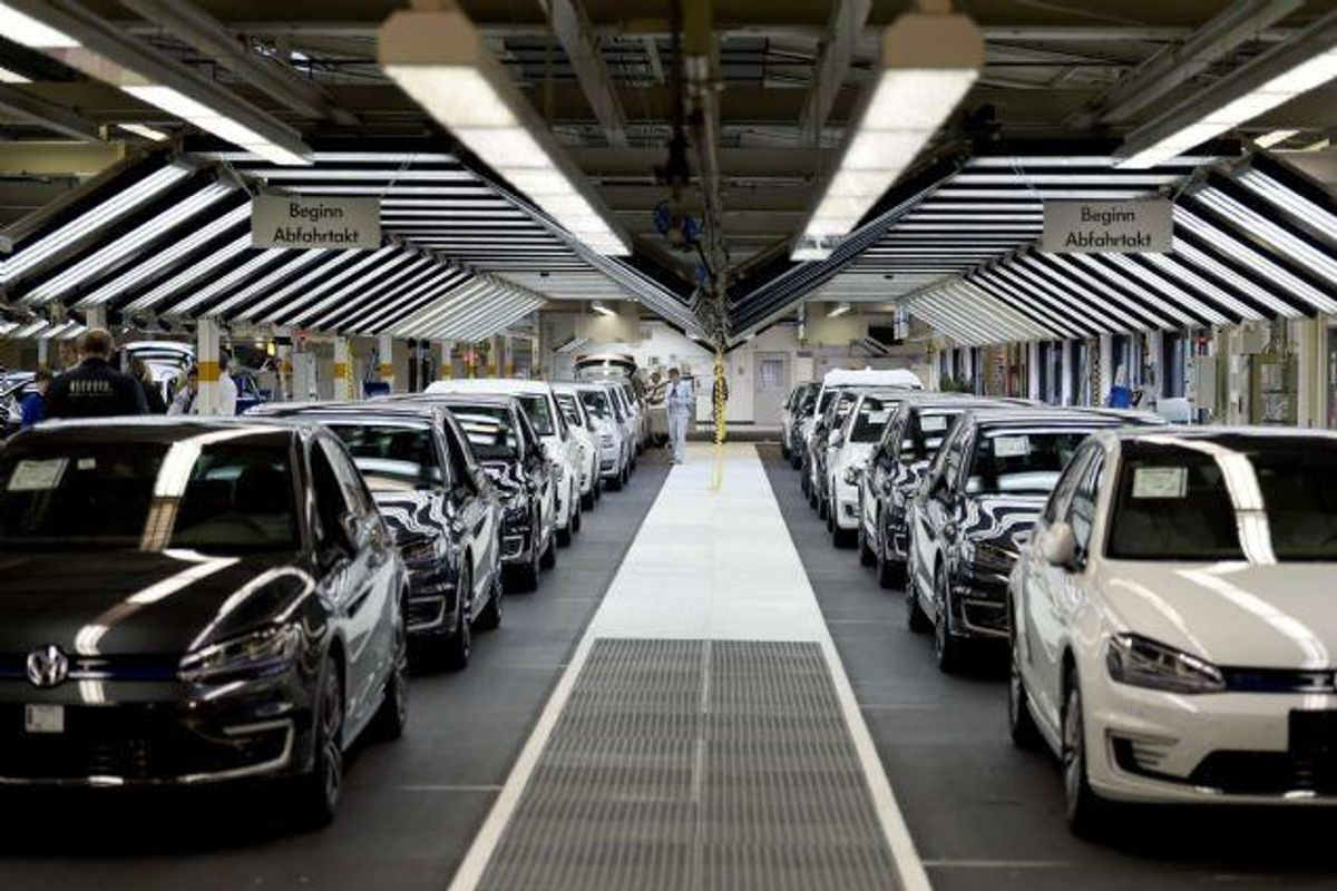 Trods skandalen med fusk med oplysninger om forurening med dieselbiler er bilkøberne vilde med folkevogne. Kineserne køber masser af folkevogne og har medvirket til, at VW nu er større end Toyota. Foto: Odd Andersen/AFP