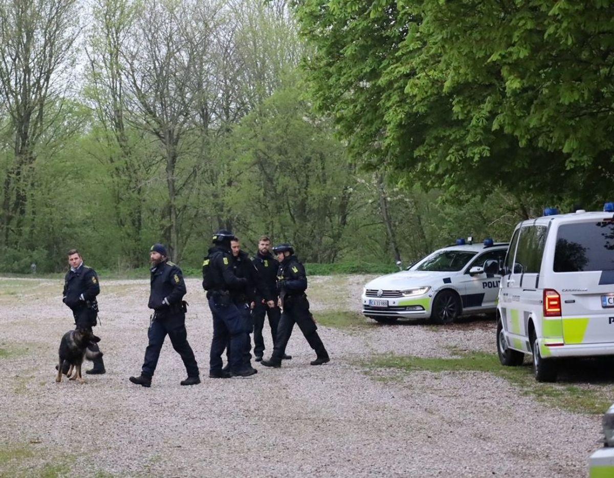 Politiet og politihunde er til stede ved en swingerklub i Ejstrup tæt på Kolding. Foto: presse-fotos.dk