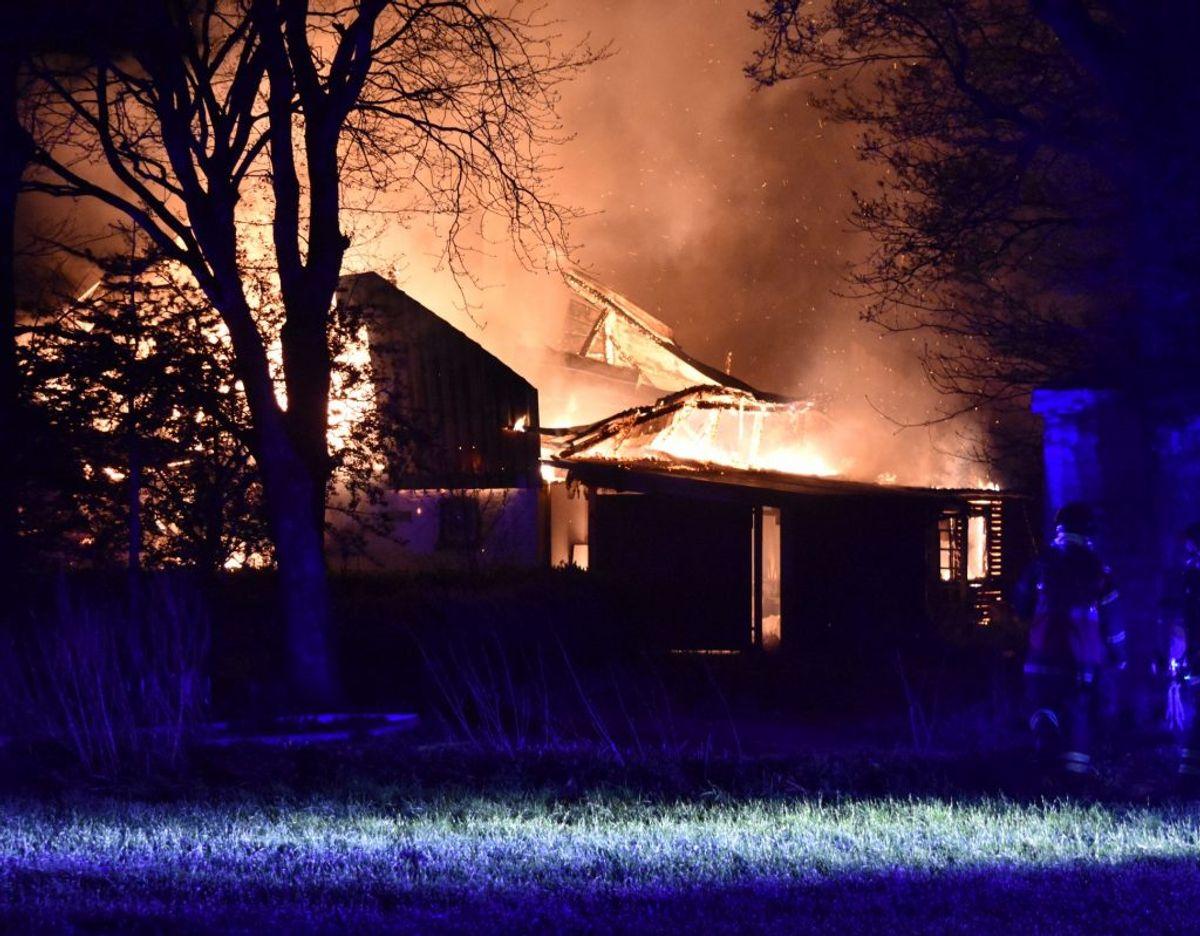 Voldsom brand i Bylderup-Bov natten til tirsdag. Foto: presse-fotos.dk
