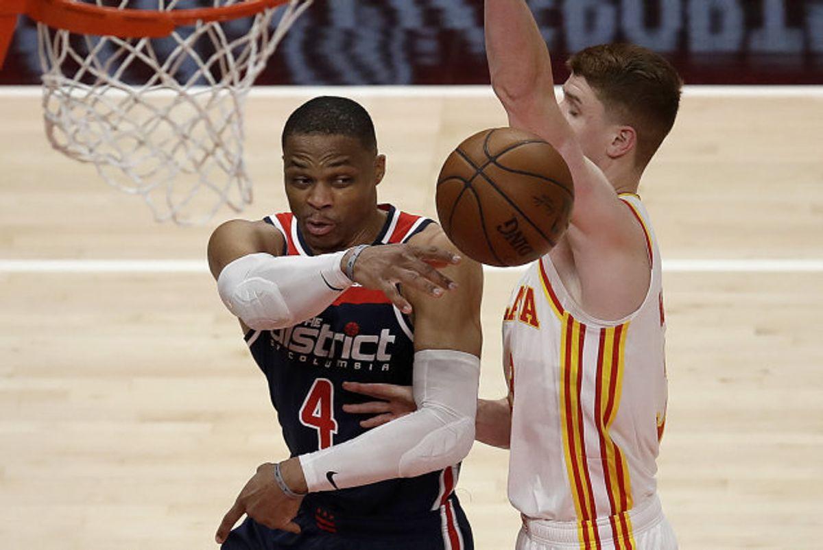 Russell Westbrook (til venstre) fra Washington Wizards satte mandag rekord i NBA, da han blev noteret for en triple-double i en kamp mod Atlanta Hawks. Foto: Ben Margot/Scanpix
