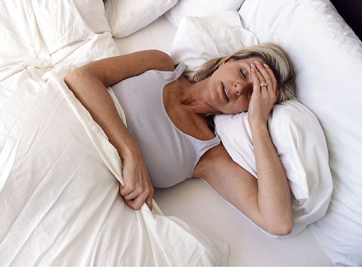 Mange kvinder må åbne vinduet om natten, fordi de vågner badet i sved. Hedeture er en af de mest almindelige symptomer, kvinder kan opleve i overgangsalderen. . Foto: Masterfile/Ritzau Scanpix