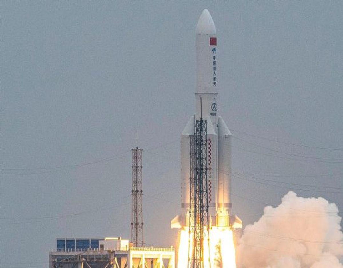 Den kinesiske Long March 5B-raket, da den blev opsendt den 29. april. Nu ligger resterne af den i Det Indiske Ocean, siger Kina. Foto: Str./AFP
