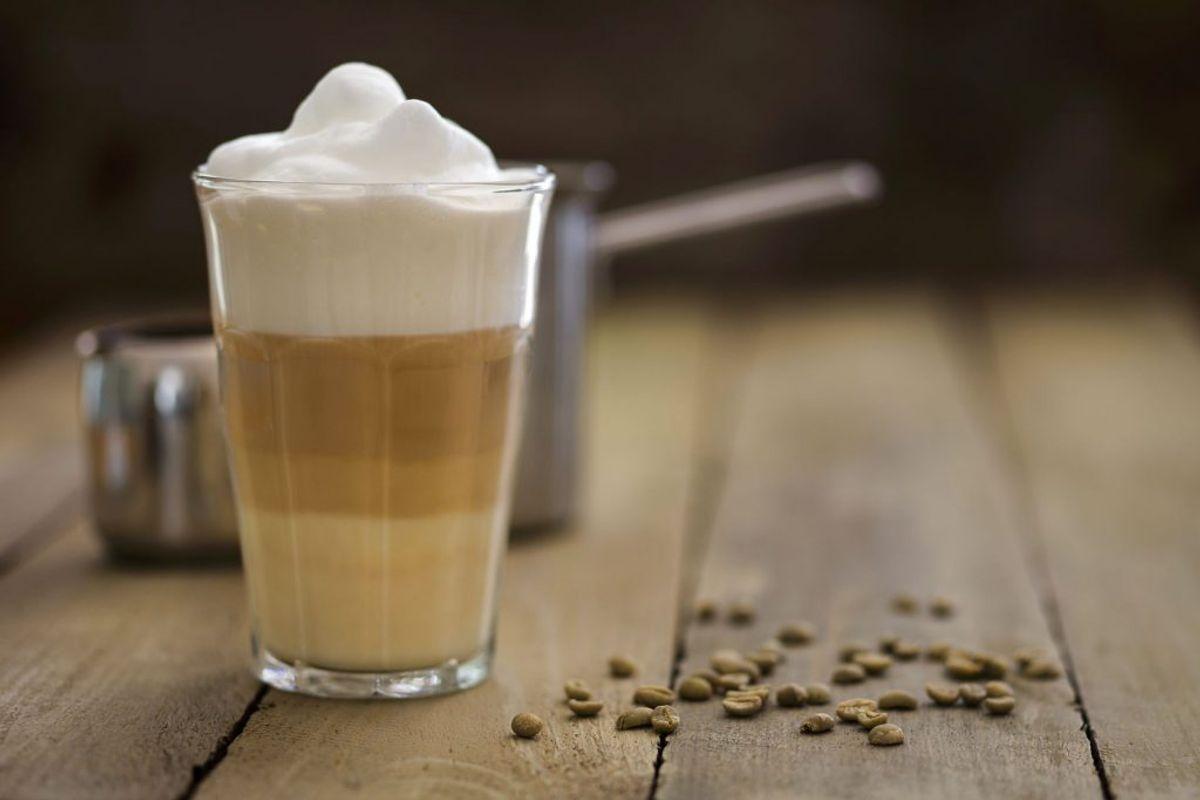 Det kan være lækkert med en kaffe, der er blevet kælet lidt for, men for eksempel en latte macchiato kan være fyldt en masse kunstigt sukker eller andre usunde kalorier. Foto: Scanpix