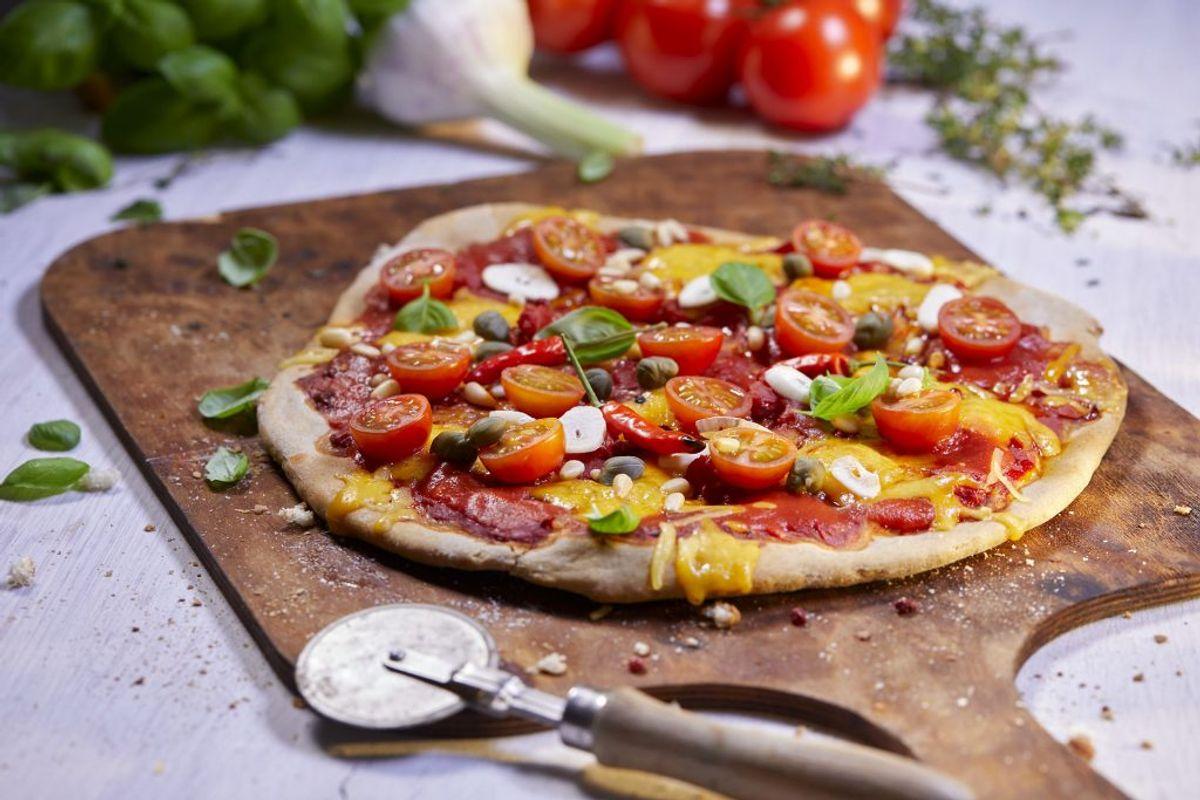 Pizza er uendeligt populært, men nogle skal jo være den, der dræber stemningen til festen. Pizza er meget tung på kalorier og har ofte ingredienser som forbehandlet kød. Hvis du skal have et slice af pizza, så prøv at tænk over, hvad du kommer på. Foto: Scanpix
