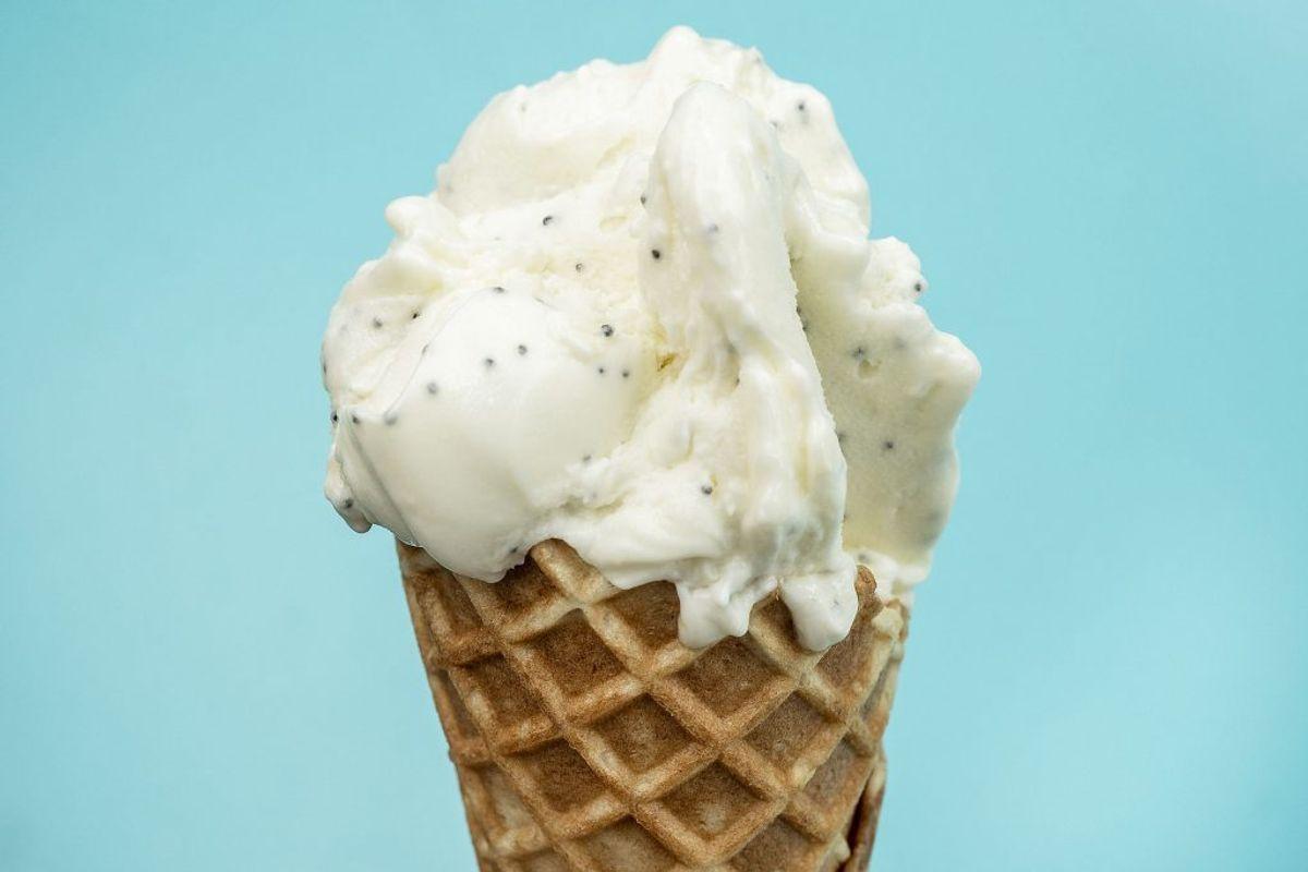 Der er få ting som is om sommeren, men den er rig på kalorier og sukker, så begræns indtaget til et minimum. Du kan lave din egen is med bær og baseret på yoghurt, hvis du ikke kan holde dig fra isen. Foto: Scanpix