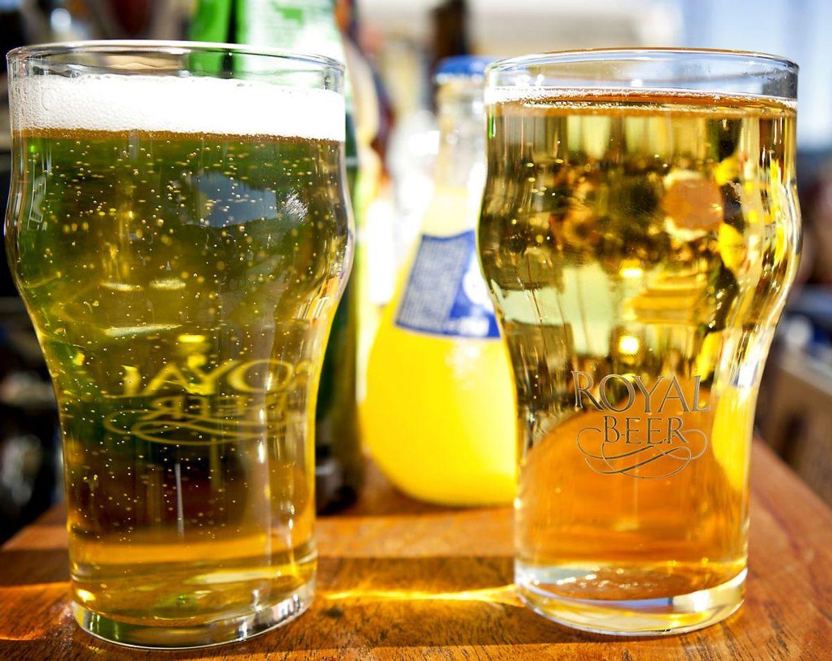 En iskold fadøl har været manges våde drøm, mens coronapandemien har raset og holdt barer lukket. Men øl og andet alkohol er forbundet med øget vægt. Foto: Scanpix