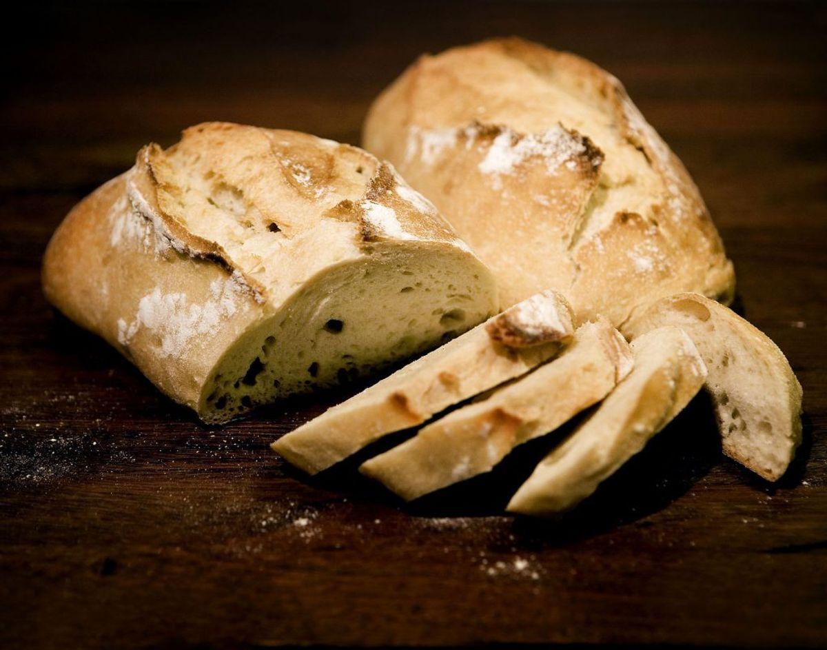 Hvidt brød er generelt noget, som du skal passe på. Et studie med over 9.200 deltagere, der spiste to skiver hvidt brød om dagen havde en 40 procent større chance for at tage vægt på, end dem uden. Foto: Scanpix