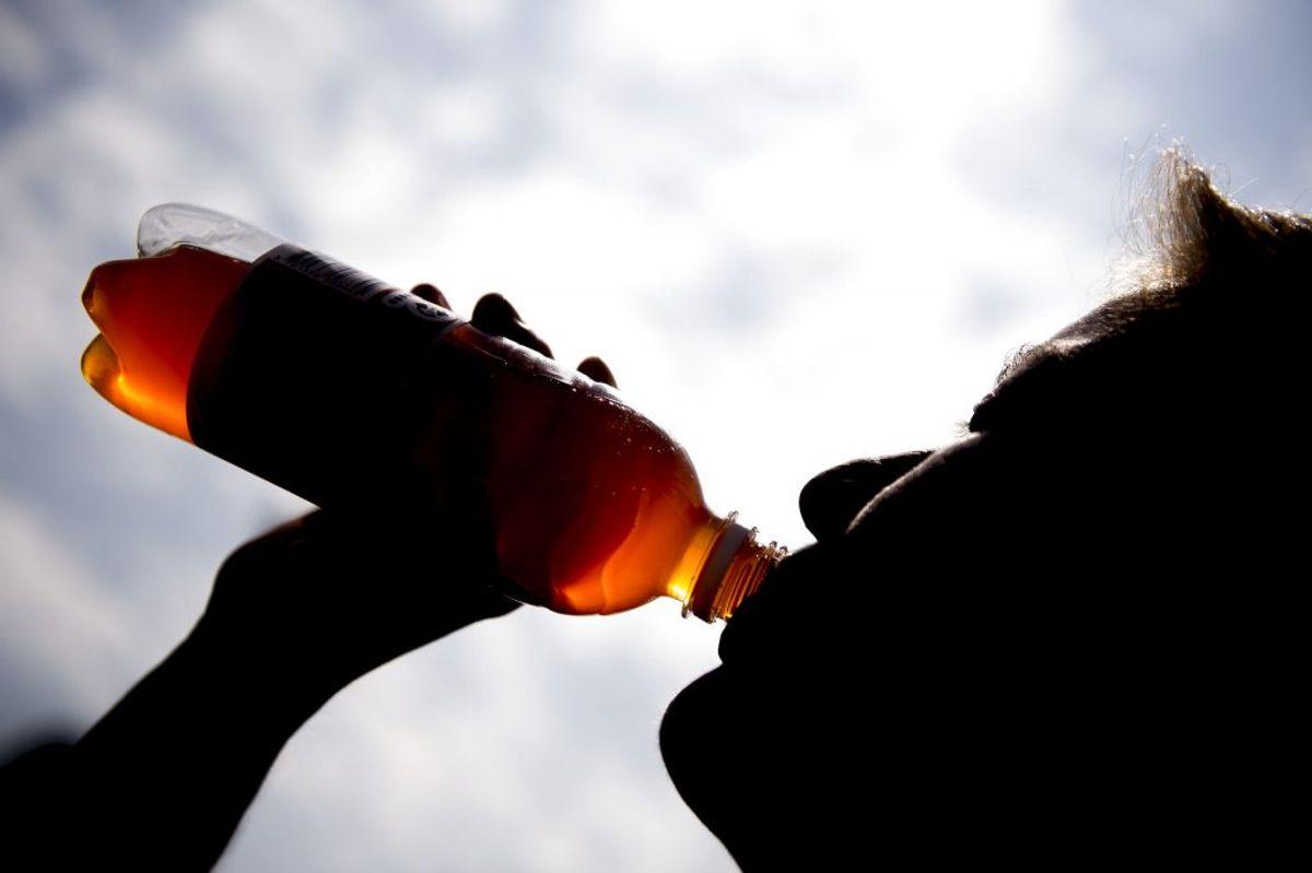 Læske med sukker såsom sodavand skal du passe på med. De er fyldt med kalorier og din hjerne registrerer ikke kalorierne som mad, så du vil stadig spise meget. Foto: Scanpix