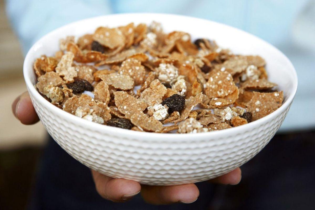 Pas på med morgenmadsprodukter, såsom cornflakes og yoghurt med smag – de kan nemlig være fyldt med sukker. Derfor er anbefalingen altid at kigge bagpå æsken. Foto: Scanpix