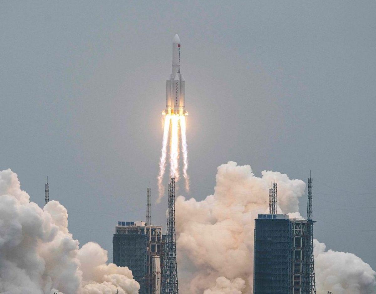 Her til morgen er den kinesiske raket styrtet ned. Foto: STR / AFP) / China OUT