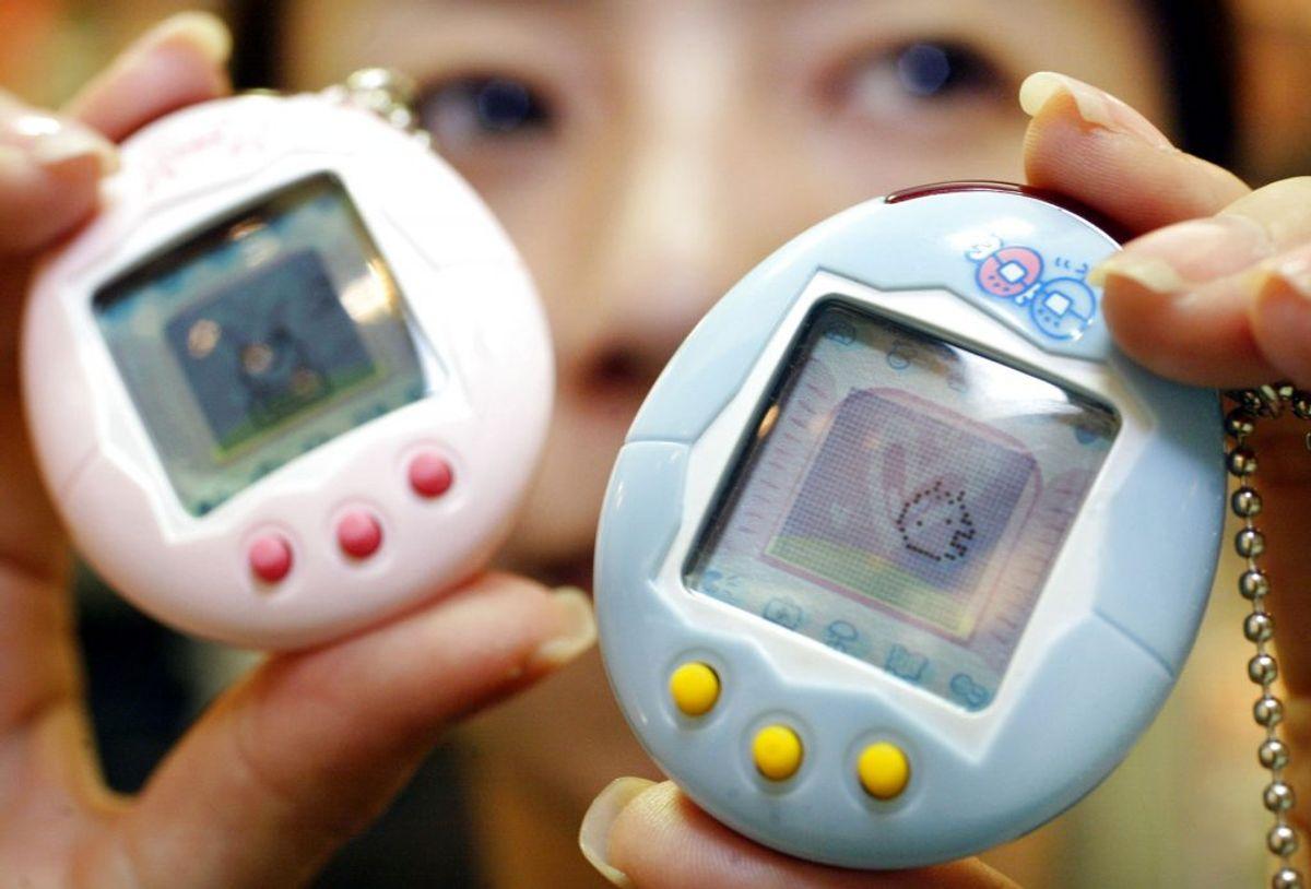 Tamagotchi var et japansk fænomen fra 90'erne, hvor man plejede sit virtuelle dyr. KLIK VIDERE OG SE DE MANGE TING FRA 90'ERNE. Foto: REUTERS/Yuriko Nakao / Scanpix