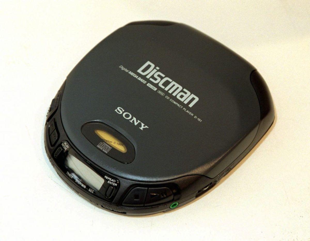 Før smartphones kunne have hele verdens musik tilgængeligt via internettet, så var en Discman svaret på dine musikalske trængsler. Du tog en discman og dine yndlings CD'er med på farten – og selvfølgelig et headset. Foto: Scanpix