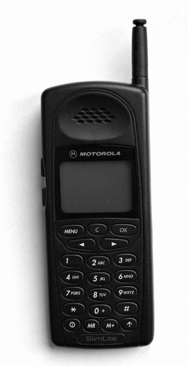 Motorola Slim Lite var en af de nye topmodeller i 1997, men den var stadig stor og klodset sammenlignet med nutidens telefoner. Foto: Scanpix