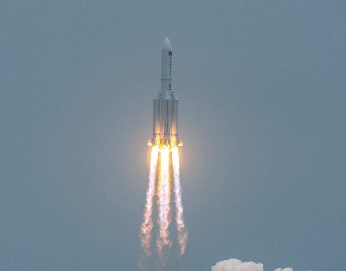 Her er raketten Long March 5B, da den 29. april blev opsendt fra Kina med et modul til en kinesisk rumstation. Det ventes, at den på et tidspunkt omkring midnat natten til søndag vender tilbage til atmosfæren. Foto: Str./AFP