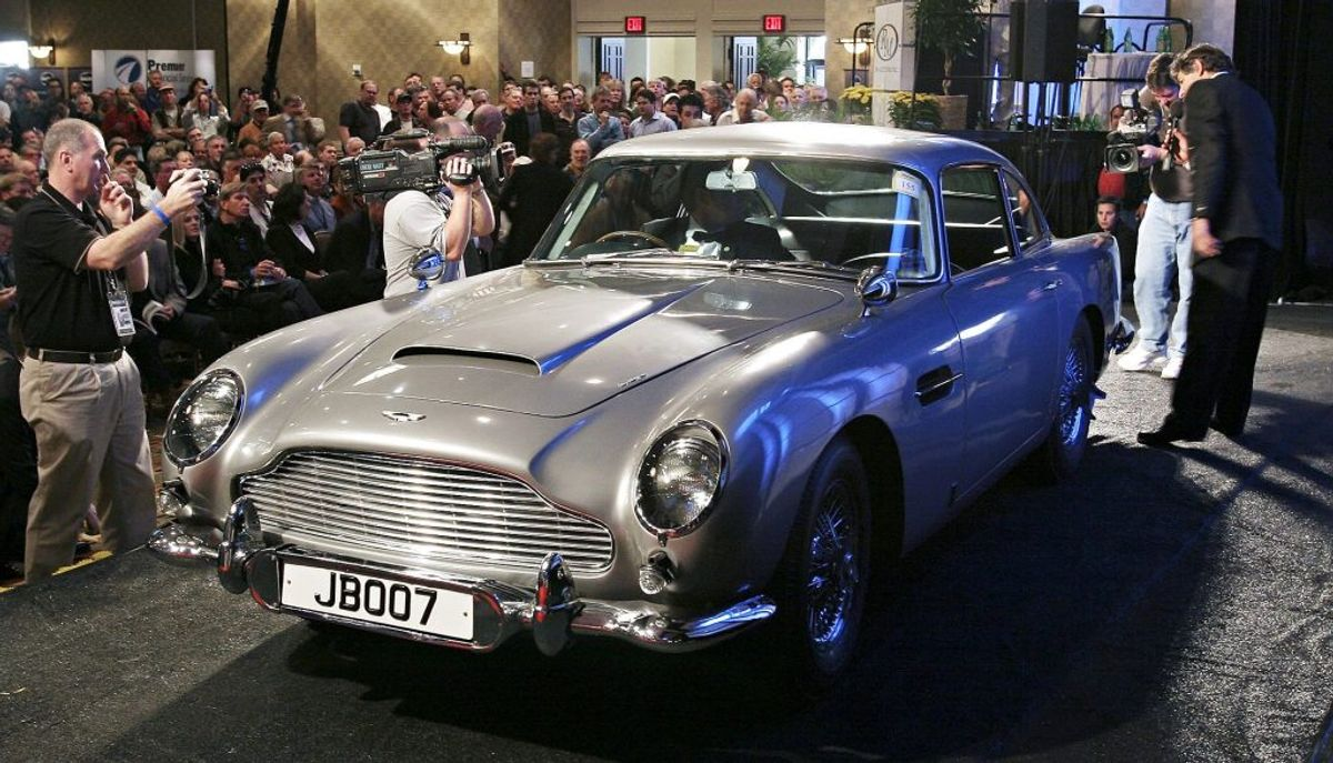 James Bonds Aston Martin DB5 coupe blev verdenskendt i filmen 'Goldfinger' fra 1964. KLIK VIDERE OG SE FLERE IKONISKE FILMBILER. Foto: REUTERS/Jeff Topping/files (UNITED STATES)