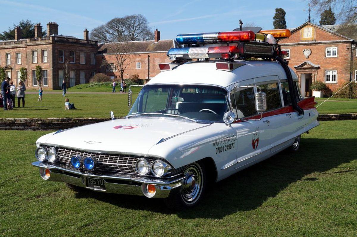 Ectomobilen, som den kaldes, er en 1959 Cadillac Miller-Meteor og blev verdenskendt i 'Ghostbusters' fra 1984. Foto: Jonathan Stonehouse, Weston Park Transport Show 2015/ Wikimedia Commons