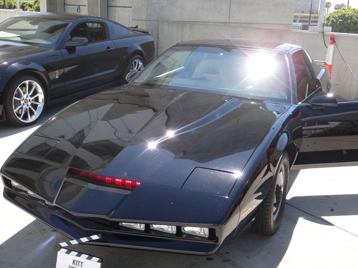 Egentlig er Pontiac Trans Am-bilen kendt som 'Knight Rider'. Bilen blev kendt fra et 80'er actionshow med David Hasselhoff, men for mange er K.I.T.T (den talende bil) et evigt minde om en anden tid. Foto: The Conmunity – Pop Culture Geek, PopCon 2012 – Knight Rider / Wikimedia Commons