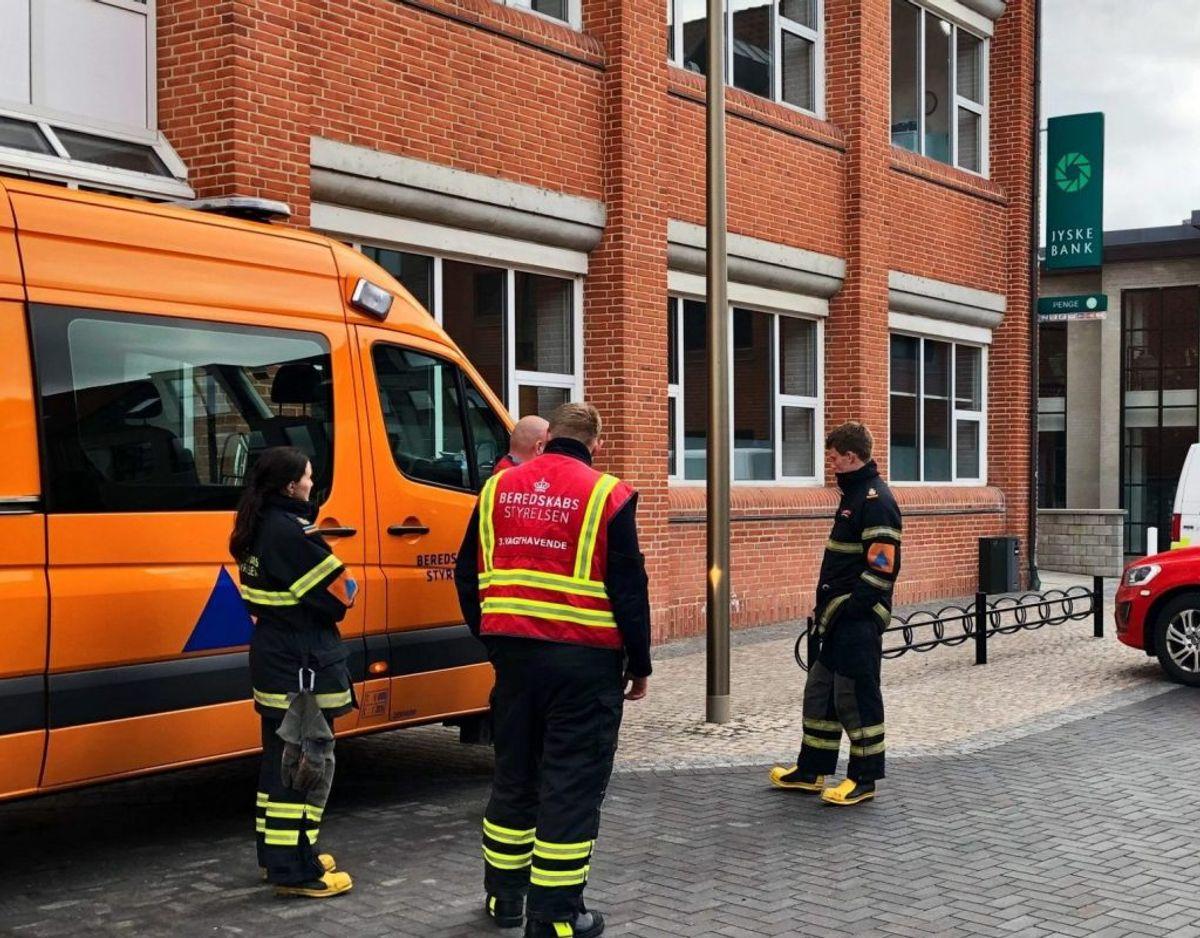 Politiet undersøger et brev med et ukendt pulver i Jyske Bank i Holstebro – Foto: Richard Gaarn Svendsen, TV MIDTVEST/