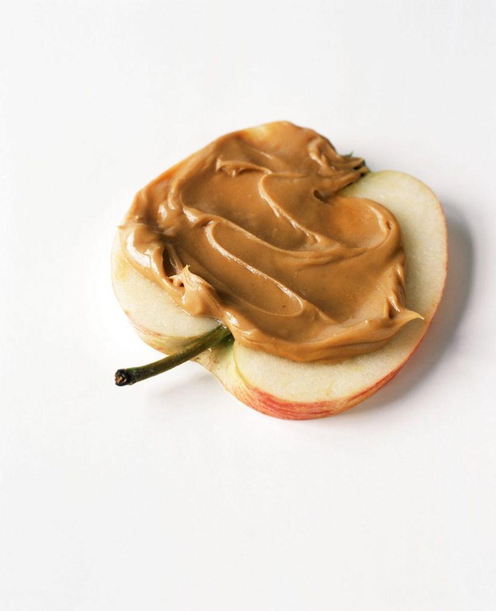 Skær dit æble ud og tag noget peanutbutter og smør på. Foto: Scanpix