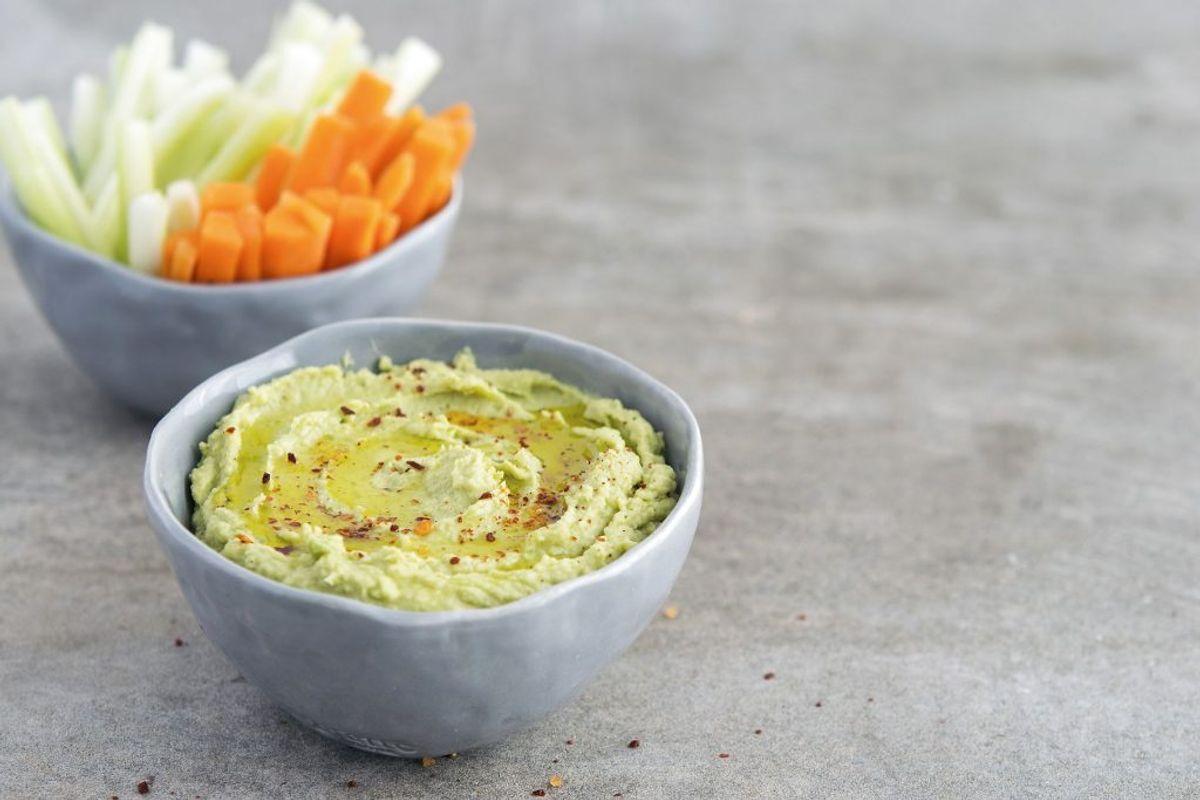 Hummus er en af de sundeste dyppelser at spise. Kikærter, olivenolie og hvidløg kan skabe et smagfuldt element i din mad. Foto: Scanpix