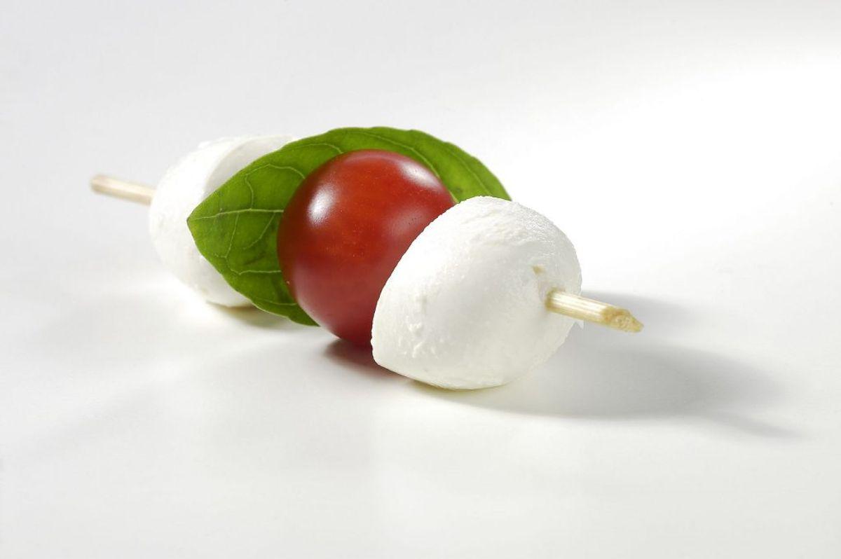 Cherrytomater og mozzarella er som skabt for hinanden. Tomaterne er rige på C-vitamin og mozzarella er rig på protein, calcium og vitamin B12. Du kan nærmest drømme dig til Middelhavet her. Foto: Scanpix
