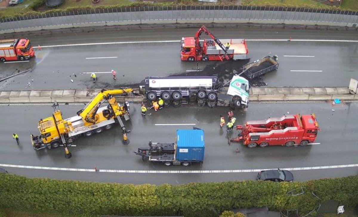 Det krævede en massiv fælles aktion med mange aktører, da en lastvogn væltede på Motorring 3. Foto: Beredskab Øst