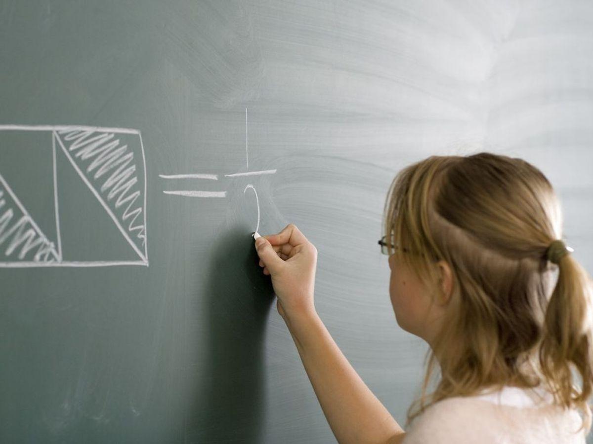 Det er normalt, at små børn er langsynede, men det aftager med alderen. Det kom dog bag på forskerne, hvor mange der var langsynede, og hvor udtalt det stadig var hos børn i førskolealderen. – Men det hænger også sammen med, hvor store kravene til børnene er blevet. Leger de bare på legepladsen, er det sådan set okay, men skal de sidde og kigge på computer eller lære at skrive mange timer om dagen, så bliver de altså trætte, forklarer overlæge Lisbeth Sandfeld. (Arkivfoto) Foto: Scanpix.