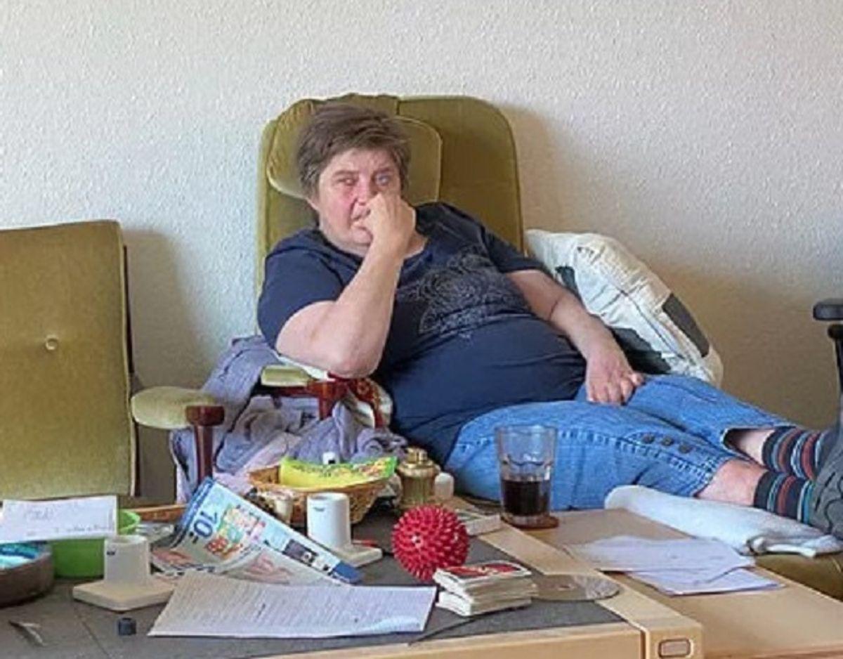 Elli Gyldenløve Møller oplyser, at hun har 1.400 kroner om måneden, når alle udgifter til husleje, vand, vamre, el og medicin er betalt. Derudover får hun fra kommunen udbetalt godt 2.400 kroner i rater, så hun i alt har 3.800 kroner til mad, drikke, tøj med mere, når alt er betalt. Foto: TV2 Østjylland