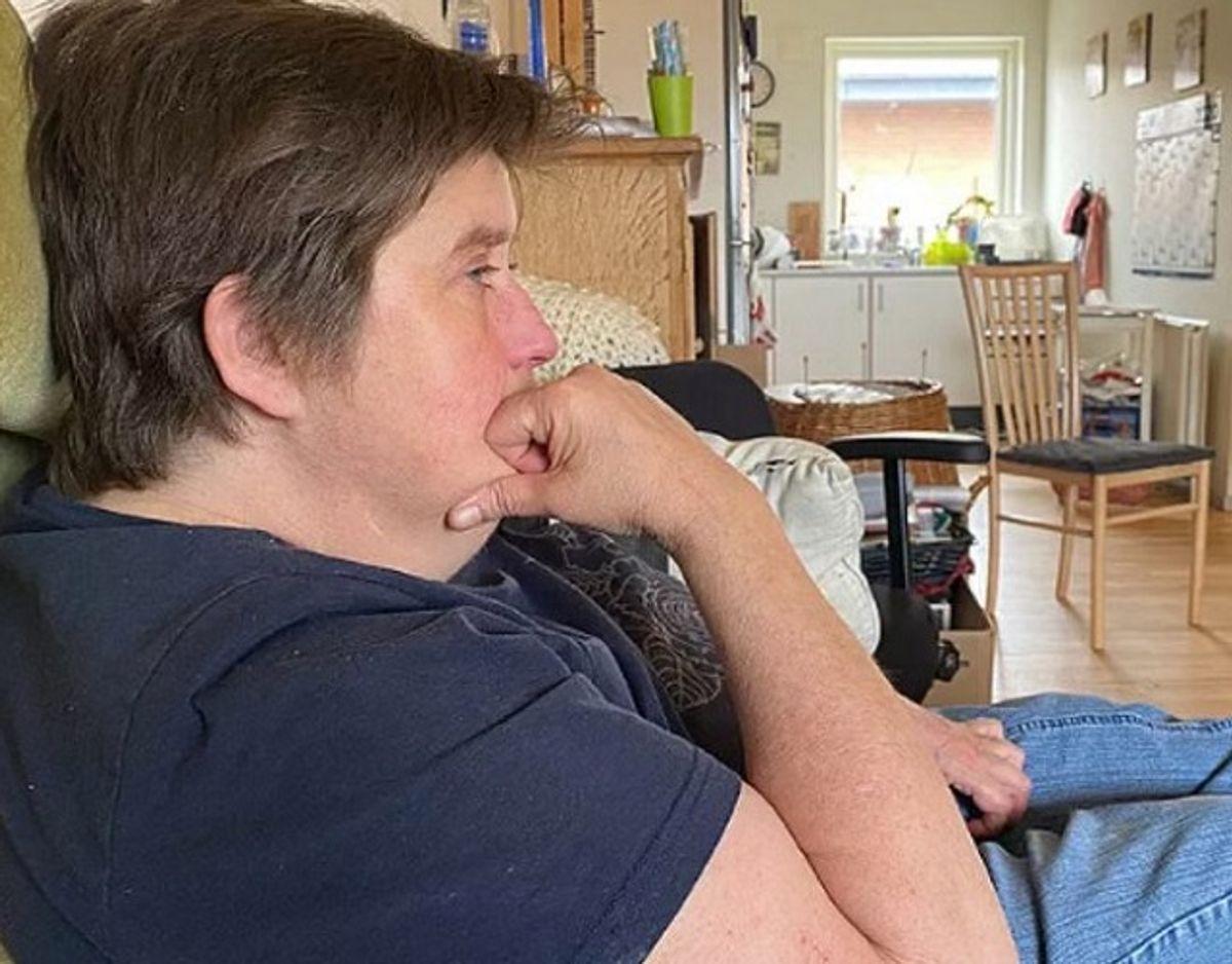 Elli Gyldenløv Møller er delvist spastisk lammet i venstre side efter en hjerneblødning. Foto: TV2 Østjylland