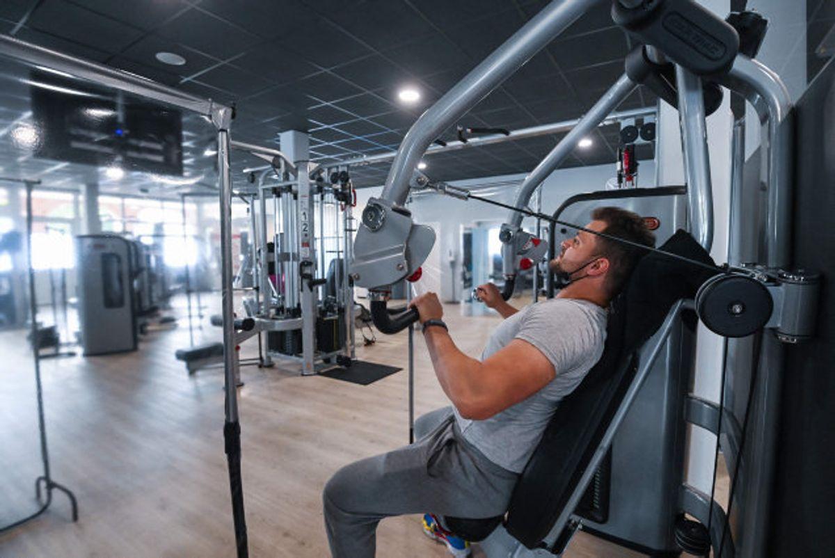 Torsdag er der igen mulighed for at løfte jern på landets fitnesscentre. Det sker mod fremvisning af coronapas. (Arkivfoto). Foto: Ina Fassbender/AFP