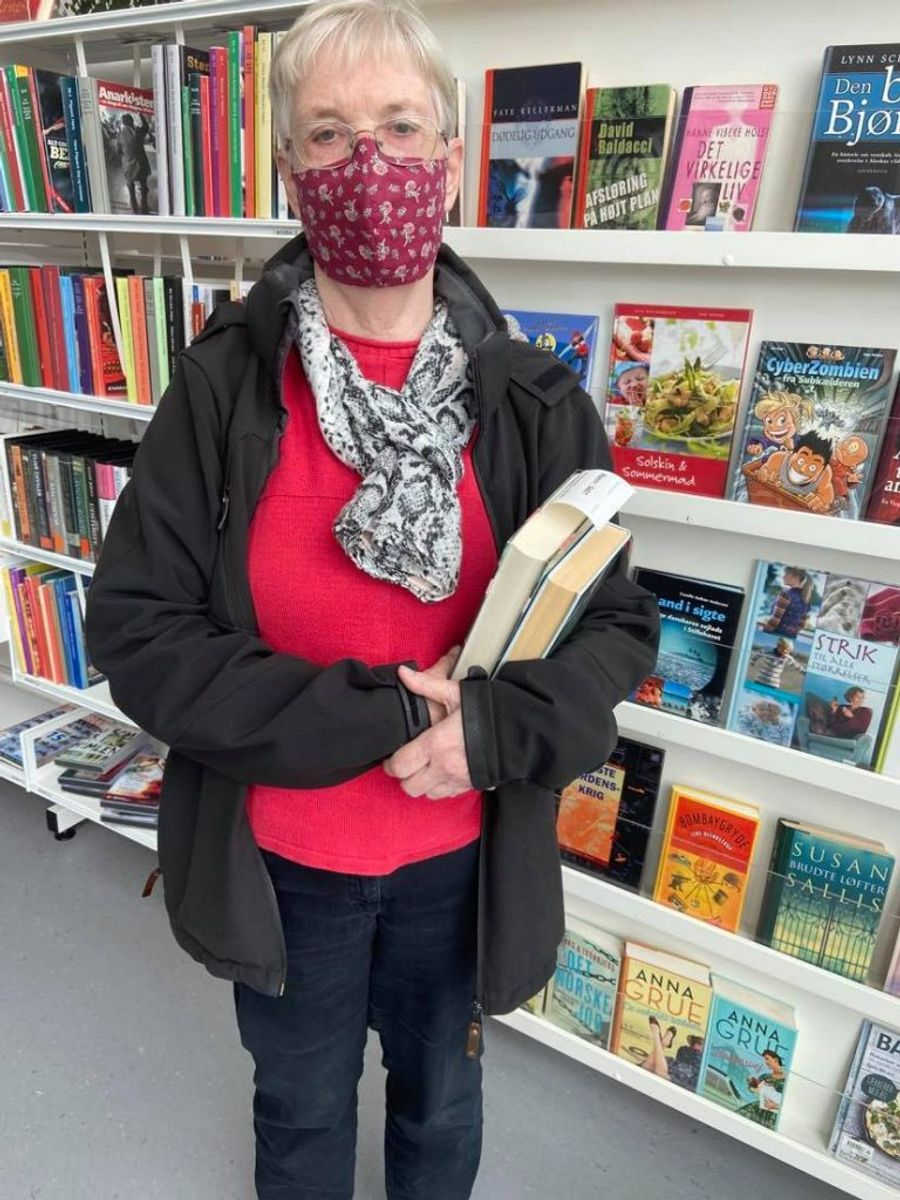 70-årie Else Pedersen har tænkt sig at besøge biblioteket sjældnere, hvis der kommer færre nye bøger på hylderne. Foto: Maiken Krongaard