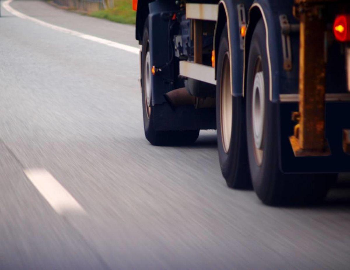 En lastbil med en gyllevogn spændt efter er mandag eftermiddag kørt galt og har spildt to ton gylle ud over en landevej ved Broager. Foto: Colourbox